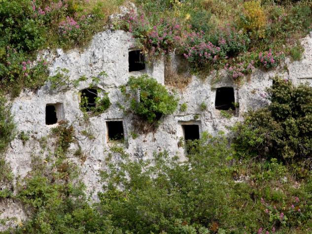Sei secoli prima dell'arrivo dei Greci una popolazione siciliana viveva e moriva nella Valle dell'Anapo. Sicilian prehistory: six century before greek colonisation a sicilian population lived and died in the Anapo Valley.